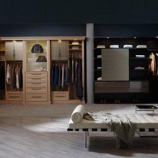 Diseño de armario vestidor de hombre, minimalista, grande, con armarios abiertos, moqueta y puertas de armario de madera clara