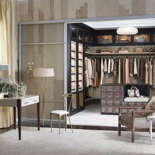 Diseño de vestidor de mujer, tradicional renovado, grande, con armarios abiertos, puertas de armario negras y moqueta