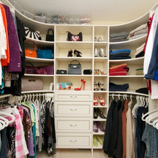 Contemporary Closet by CLOSET ENVY INC.