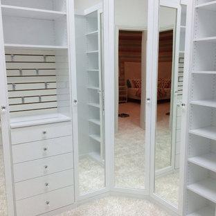 Foto de armario vestidor unisex, vintage, de tamaño medio, con armarios con paneles lisos, puertas de armario blancas, moqueta y suelo blanco