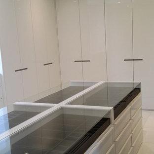 Inspiration för stora moderna walk-in-closets för könsneutrala, med släta luckor, vita skåp, marmorgolv och vitt golv