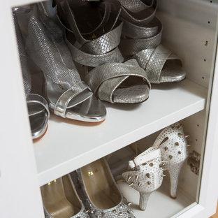 Modelo de armario vestidor de mujer, costero, grande, con armarios con paneles lisos, puertas de armario blancas, suelo de madera clara y suelo marrón