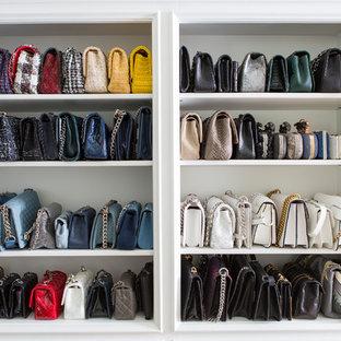 Imagen de armario vestidor de mujer, marinero, grande, con armarios con paneles lisos, puertas de armario blancas, suelo de madera clara y suelo marrón