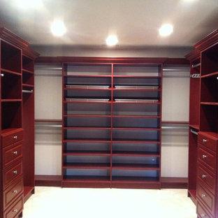 Ejemplo de armario vestidor unisex, tradicional, grande, con armarios con paneles con relieve y puertas de armario marrones