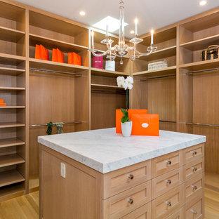 Foto de armario vestidor contemporáneo, grande, con armarios con paneles empotrados, puertas de armario de madera clara y suelo de madera clara