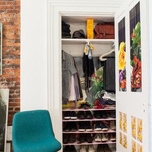 Inspiration pour un placard dressing bohème avec un placard sans porte et des portes de placard blanches.
