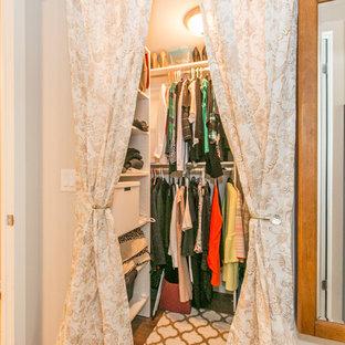 Ejemplo de armario vestidor de mujer, vintage, pequeño