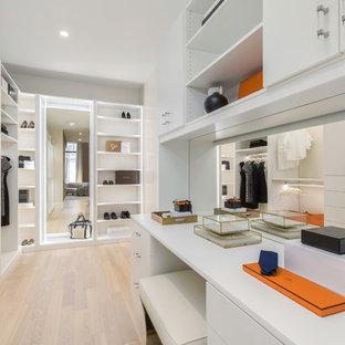 Inspiration för ett stort funkis walk-in-closet för kvinnor, med släta luckor, vita skåp, ljust trägolv och beiget golv