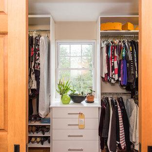 Diseño de armario vestidor de mujer, de estilo americano, grande, con armarios con paneles lisos y puertas de armario blancas
