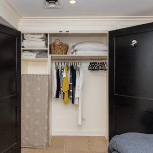 Diseño de vestidor unisex, clásico renovado, de tamaño medio, con suelo de baldosas de cerámica y armarios con paneles empotrados