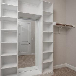 Foto de armario vestidor unisex, de estilo de casa de campo, pequeño, con armarios abiertos, moqueta y suelo beige