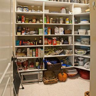 Modelo de armario vestidor unisex, de estilo americano, de tamaño medio, con armarios abiertos, puertas de armario blancas, suelo de baldosas de porcelana y suelo beige