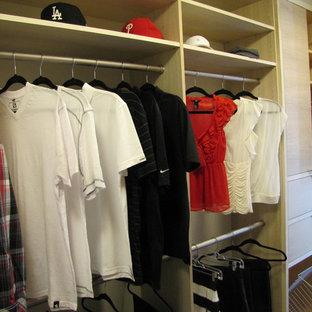 Ejemplo de armario vestidor unisex, marinero, de tamaño medio, con armarios con paneles lisos y puertas de armario de madera clara