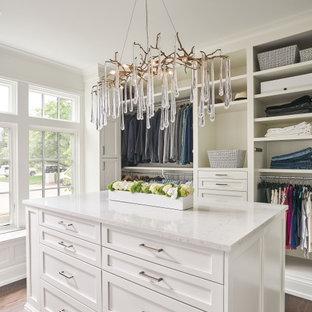 Diseño de armario vestidor de mujer, tradicional renovado, de tamaño medio, con armarios estilo shaker, puertas de armario blancas, suelo de madera en tonos medios y suelo marrón