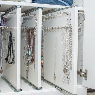 Immagine di una grande cabina armadio unisex chic con nessun'anta, ante bianche, moquette e pavimento grigio