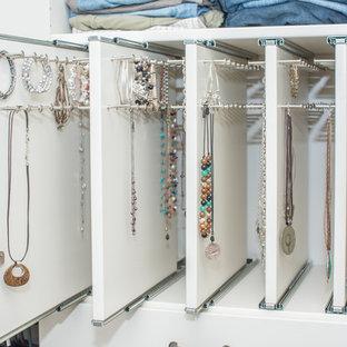 Foto de armario vestidor unisex, tradicional, grande, con armarios abiertos, puertas de armario blancas, moqueta y suelo gris