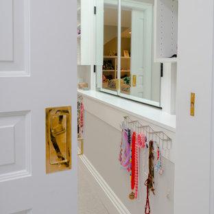 Ejemplo de armario vestidor de mujer y abovedado, clásico renovado, de tamaño medio, con armarios estilo shaker, puertas de armario blancas, moqueta y suelo beige