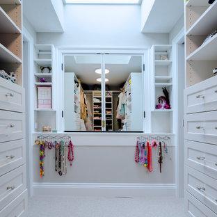 Klassisk inredning av ett mellanstort walk-in-closet för kvinnor, med skåp i shakerstil, vita skåp, heltäckningsmatta och beiget golv