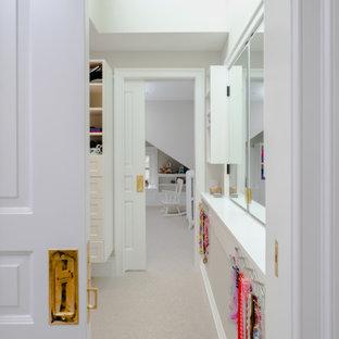Esempio di una cabina armadio per donna tradizionale di medie dimensioni con ante in stile shaker, ante bianche, moquette, pavimento beige e soffitto a volta