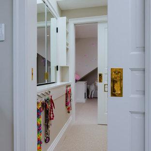 Modelo de armario vestidor de mujer y abovedado, tradicional renovado, de tamaño medio, con armarios estilo shaker, puertas de armario blancas, moqueta y suelo beige
