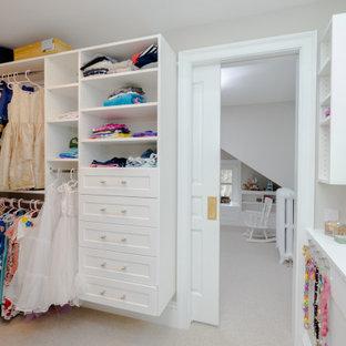 Bild på ett mellanstort vintage walk-in-closet för kvinnor, med skåp i shakerstil, vita skåp, heltäckningsmatta och beiget golv