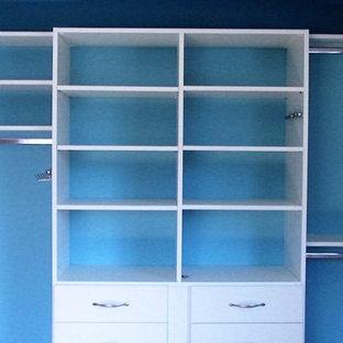 Imagen de armario unisex, contemporáneo, pequeño, con armarios con paneles lisos y puertas de armario blancas
