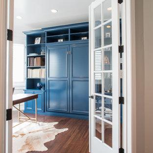 Modelo de armario y vestidor unisex, tradicional renovado, de tamaño medio, con armarios con paneles empotrados, puertas de armario azules, suelo laminado y suelo marrón