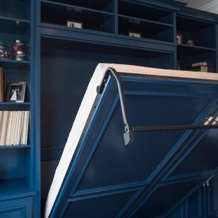 Idee per un armadio incassato unisex chic di medie dimensioni con ante con riquadro incassato, ante blu, pavimento in laminato e pavimento marrone