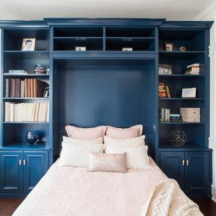 Mittelgroßes, Neutrales Klassisches Ankleidezimmer mit Einbauschrank, Schrankfronten mit vertiefter Füllung, blauen Schränken, Laminat und braunem Boden in Denver