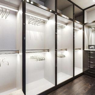 Großes, Neutrales Modernes Ankleidezimmer mit Ankleidebereich, flächenbündigen Schrankfronten, dunklen Holzschränken, braunem Holzboden und braunem Boden in Miami