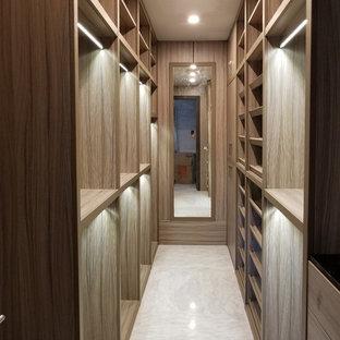 マイアミの広い男女兼用トランジショナルスタイルのおしゃれなウォークインクローゼット (オープンシェルフ、淡色木目調キャビネット、大理石の床、白い床) の写真