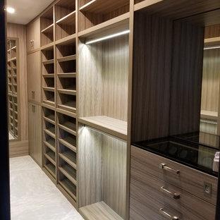Immagine di una grande cabina armadio unisex classica con nessun'anta, ante in legno chiaro, pavimento in marmo e pavimento bianco