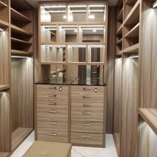 Imagen de armario vestidor unisex, clásico renovado, grande, con armarios abiertos, puertas de armario de madera clara, suelo de mármol y suelo blanco