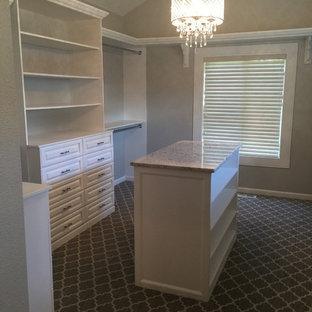 Modelo de armario vestidor romántico, grande, con armarios con paneles con relieve, puertas de armario blancas, moqueta y suelo gris