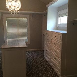 Ejemplo de armario vestidor romántico, grande, con armarios con paneles con relieve, puertas de armario blancas, moqueta y suelo gris