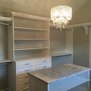 Imagen de armario vestidor romántico, grande, con armarios con paneles con relieve, puertas de armario blancas, moqueta y suelo gris
