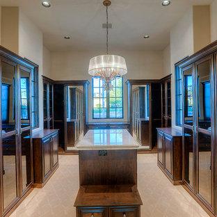 Imagen de armario vestidor unisex, mediterráneo, extra grande, con armarios tipo vitrina, puertas de armario de madera en tonos medios, moqueta y suelo beige