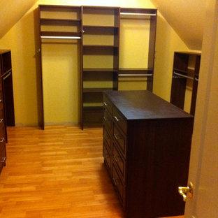 Foto de armario vestidor unisex, tradicional, grande, con armarios con paneles con relieve, puertas de armario de madera en tonos medios, suelo de madera clara y suelo beige