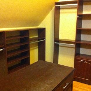 Diseño de armario vestidor unisex, tradicional, grande, con armarios con paneles con relieve, puertas de armario de madera en tonos medios, suelo de madera clara y suelo beige