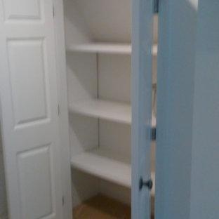 Imagen de armario unisex, tradicional renovado, grande, con armarios con paneles con relieve, puertas de armario blancas, moqueta y suelo beige