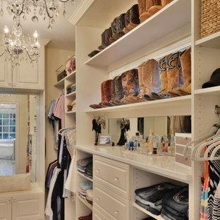Modelo de armario vestidor de mujer, tradicional, grande, con armarios con paneles con relieve y suelo de baldosas de cerámica