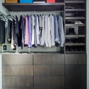 Foto de armario vestidor de hombre, contemporáneo, pequeño, con armarios con paneles lisos y puertas de armario de madera en tonos medios