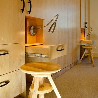 Ispirazione per una cabina armadio unisex di medie dimensioni con ante lisce, ante in legno chiaro e pavimento in sughero