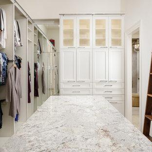 Cette photo montre un dressing et rangement chic avec un placard à porte vitrée, moquette et un sol gris.