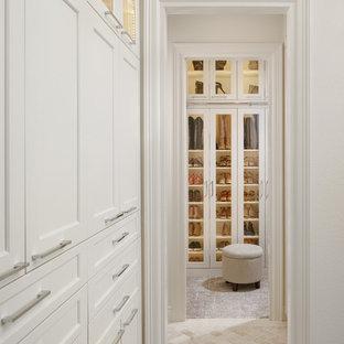 Imagen de armario y vestidor tradicional renovado con armarios tipo vitrina, moqueta y suelo gris