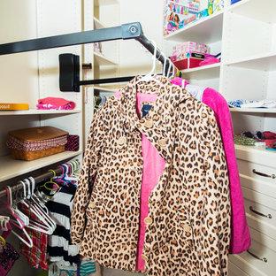 Imagen de armario vestidor de mujer, clásico, pequeño, con armarios abiertos, puertas de armario blancas, moqueta y suelo beige