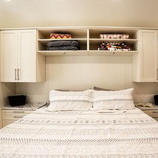 Modelo de armario vestidor unisex, clásico, de tamaño medio, con armarios estilo shaker, puertas de armario beige, suelo de madera en tonos medios y suelo amarillo