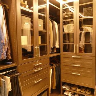 Foto de armario vestidor de hombre, clásico renovado, grande, con armarios tipo vitrina y puertas de armario de madera en tonos medios
