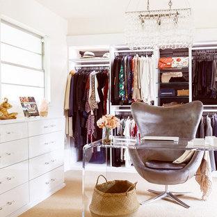 Imagen de vestidor de mujer, retro, grande, con armarios abiertos, puertas de armario blancas, moqueta y suelo beige
