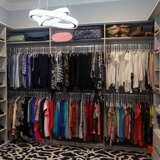 Esempio di una cabina armadio per donna minimalista con nessun'anta, moquette e pavimento multicolore